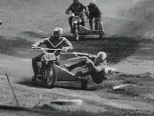 1971 Australian Championships - Junior Sidecar start - Goodwin leads Buckley